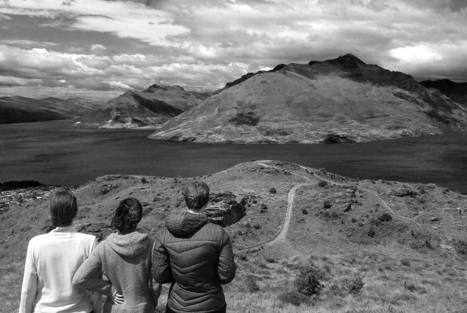 photographie noir et blanc de Clara Luneau Jennifer Turpin Laura Ferron du collectif mot pour trait, de dos en Nouvelle-Zélande